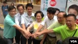 民主党创党主席李柱铭(左二)和陈方安生为民主党立法会参选人助选(美国之音图片)
