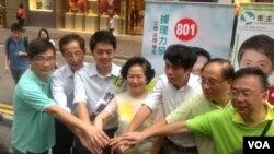 民主黨創黨主席李柱銘(左二)和陳方安生為民主黨立法會參選人助選(美國之音資料圖片)