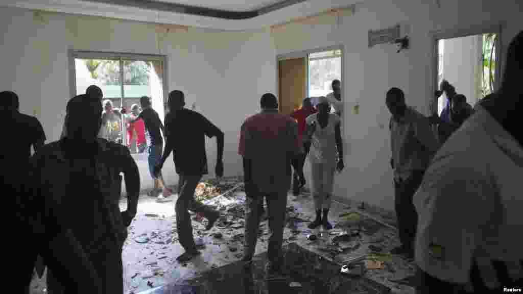 Des manifestants pillent la résidence du jeune frère de l'ex-président Blaise Compaoré qui a quitté le pays, Ouagadougou, 31 octobre 2014. REUTERS/Joe Penney