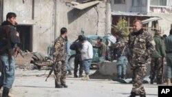 ພວກກໍາລັງຮັກສາຄວາມສະຫງົບອັຟການິສຖານ ຍາມຢູ່ບ່ອນທີ່ມີການໂຈມຕີດ້ວຍລະເບີດ ສະລະຊີບ ຢູ່ເມືອງ Kandahar ທາງພາກໃຕ້ຂອງນະຄອນຫລວງ Kabul ໃນວັນທີ 5 ກຸມພາ, 2012.
