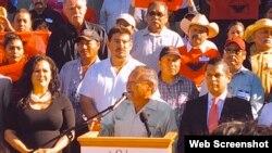 农工争取公平加班费的集会,左前黑衣女士为冈萨雷斯议员(冈萨雷斯推特截图)