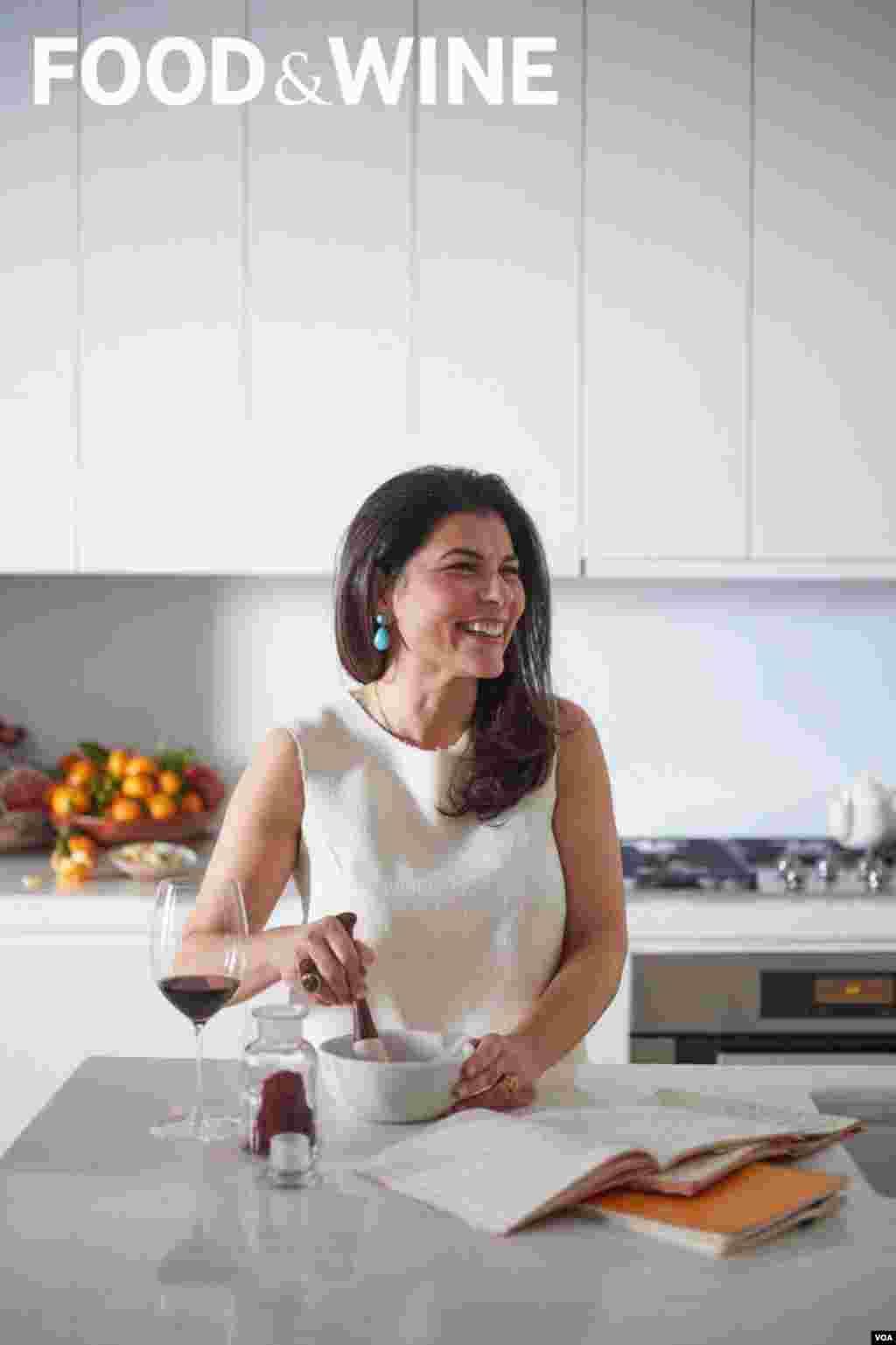 خانم معتمد به صدای آمریکا می گوید که شخصا به آشپزی علاقه زیادی دارد.