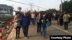 2014年10月,苏州第一看守所就范木根案子举行庭前会议。法庭外面一百多位民众声援范木根。(自由亚洲电台记者乔龙拍摄)