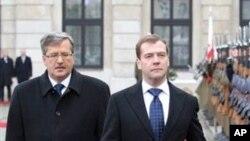 폴란드 대통령의 영접을 받는 러시아 대통령 (우)