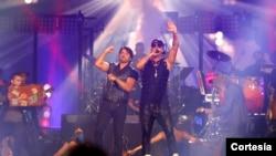 Luis Fonsi, izquierda, junto a Wisin durante la entrega de los Premios Billboard a la Música Latina.