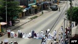 Các phụ nữ đối mặt với các binh sĩ trong cuộc biểu tình không được cho phép đòi ông Laurent Gbagbo thôi chức, Abidjan, Cote D'Ivoire