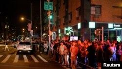 17일 뉴욕 맨해튼 인근 첼시 지역에서 강력한 폭발이 발생한 가운데 사건 현장 근처에 사람들이 모여 있다.