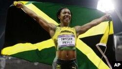 La jamaiquina Shelly-Ann Fraser-Pryce celebra su medalla de oro en la final de los 100 metros planos femenino.