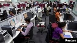 Para pekerja di pusat outsourcing atau alih daya di Bangalore, India. (Foto: Dok)