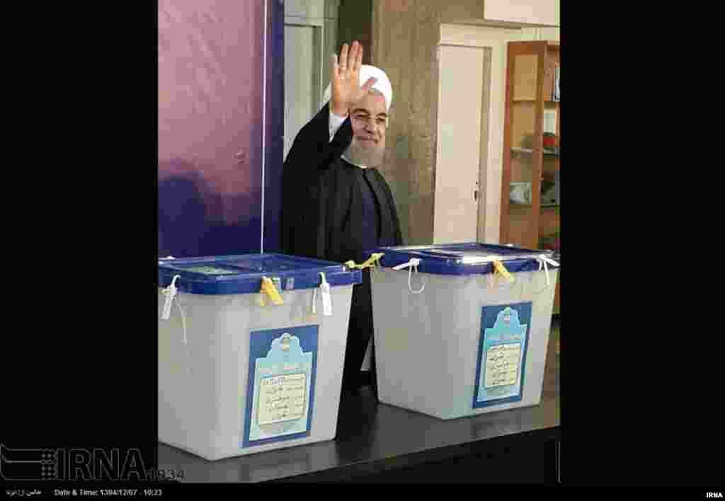 ایران کے صدر حسن روحانی نے پارلیمانی انتخابات کے لیے اپنا ووٹ کاسٹ کیا۔
