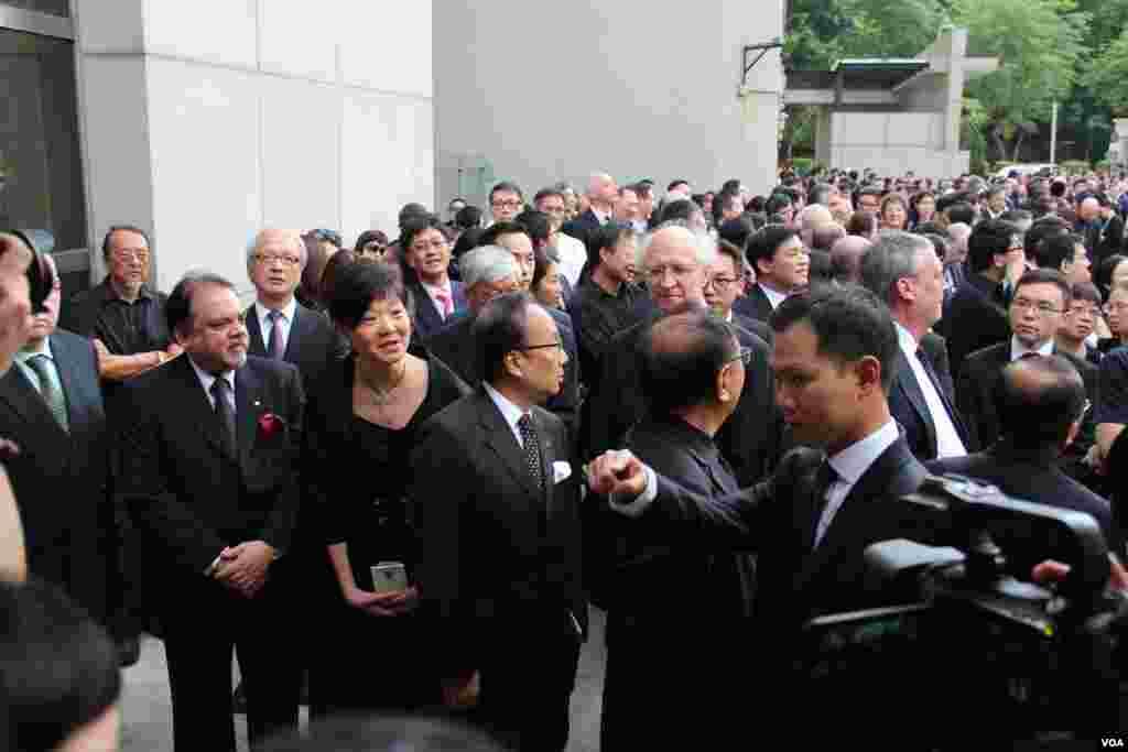 上千名香港律师参加法律界黑衣静默游行(美国之音海彦拍摄)