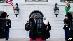 Presiden AS Barack Obama bersama Sekjen Dewan Kerjasama Negara-negara Teluk, Abdul Latif bin Rashid Al Zayani, di Washington (13/5). (AP/Carolyn Kaster)