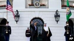 奥巴马总统在白宫迎接海湾阿拉伯国家合作委员会秘书长阿卜杜拉提夫•扎耶尼(Abdul-Latif Al-Zayani)