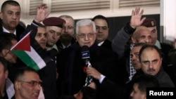 FILE - Palestinian President Mahmoud Abbas (C) speaks in the West Bank city of Ramallah, Dec. 31, 2013.