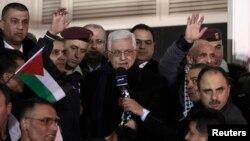 Presiden Palestina Mahmoud Abbas (tengah) saat menyambut tahanan yang dibebaskan Israel di Ramallah, Tepi Barat. (Foto: Dok)