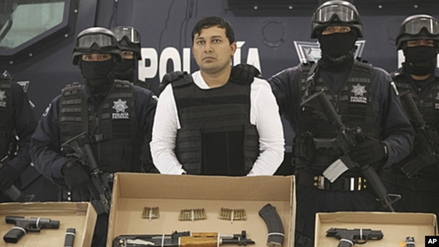 Federal Police agents present Jesus Enrique Aguilar, alias 'El Mamito' (C), an alleged co-founder of the Zetas drug cartel, to the media in Mexico City, July 4, 2011 (file photo)