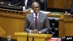 Le ministre sud-africain des Finances, Malusi Gigaba, prononce le discours sur le budget de 2018 à l'Assemblée nationale au Parlement sud-africain, au Cap, le 21 février 2018.