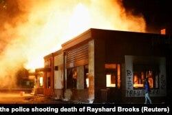 လူမည္းအမ်ဳိးသား Rayshard Brooks ပစ္ခတ္ခံရသည့္ Wendy စားေသာက္ဆုိင္ မီး႐ႈိ႕ခံထားရသည့္ ျမင္ကြင္း။