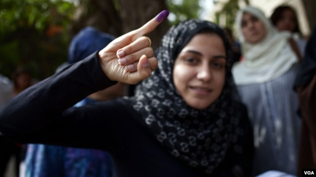 A young voter shows with pride proof she took part in Egypt's first widely contested presidential election, May 23, 2012. (Yuli Weeks/VOA)