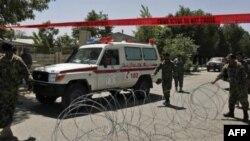 """Машина """"скорой помощи"""" выезжает с территории госпиталя, где произошел взрыв"""
