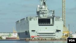 """""""符拉迪沃斯托克號""""高高矗立在聖納澤爾船廠。(視頻截圖)"""