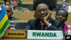 Perezida Paul kagame mu nama y'abakuru b'ibihugu by'Afurika muri Etiyopiya. Inyuma hari minisitiri w'ububanyi n'amahanga w'u Rwanda Louise Mushikiwabo.