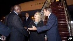 Dubes AS untuk Senegal, Lewis Lukens (kanan) menyambut kedatangan Menlu AS Hillary CLinton setibanya di Dakar, Senegal, Selasa (31/7).