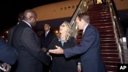 31일 세네갈 수도 다카르에 도착한 힐러리 클린턴 미 국무장관(가운데)를 마중나온 세네갈 주재 미 대사(오른쪽).