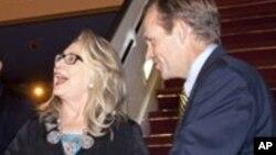 Embaixador americano no Senegal Lewis Lukens à direita,acompanhado da secretária de eetado Hillary Rodham Clinton