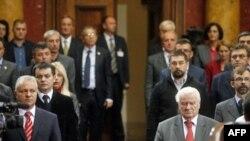 Poslanici slušaju himnu Srbije pred početak prve sednice drugog redovnog zasedanja Skupštine Srbije, 11. oktobra 2011.