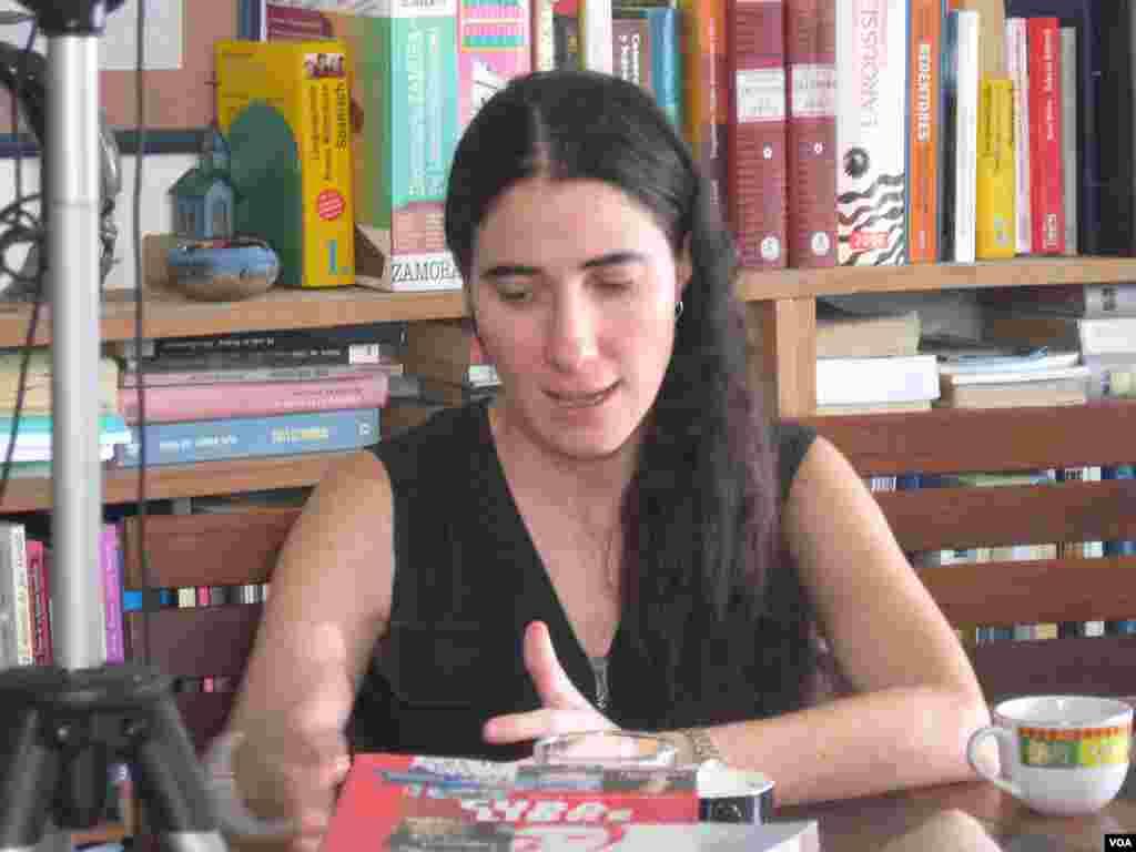 La bloggera cubana Yoani Sánchez en una entrevista en su departamento en la Habana, Cuba, el 29 de marzo de 2011. (VOA - J. Socolovsky)