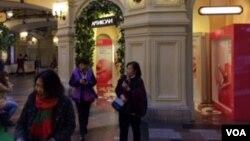 莫斯科红场旁国家百货商店(GUM)中的中国游客。