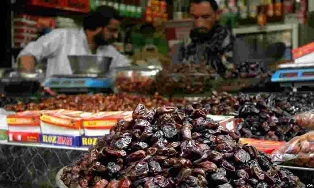 رمضان کی آمد کے ساتھ ہی کراچی میں کھجوروں کی دکانیں سج گئیں