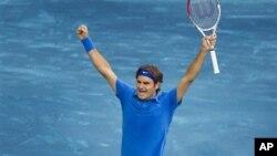 Roger Federer merayakan kemenangan setelah mengandaskan petenis Republik Ceko, Thomas Berdych dalam final turnamen Madrid Open (13/5).