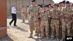 英国首相布朗(左)向驻阿富汗英军致意