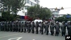 Китайская полиция блокировала подходы демонстрантам к зданию Коммунистической партии Китая в городе Шифан, провинция Сычуань. 3 июля 2012 г.