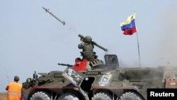 Un soldado venezolano dispara un misil anti aéreo con un lanzador tierra-aire Igla de fabricación rusa durante ejercicios en la ciudad puerto de Yeysk, Rusia, el 9 de agosto de 2015.