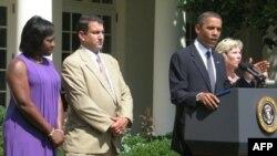 Predsednik Barak Obama danas u ružičnjaku Bele kuće sa nezaposlenim Amerikancima Deniz Gibson, Džimom Čukalasom i Lezli Mako