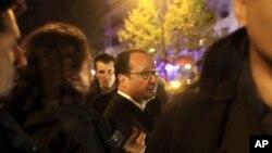 فرانسوا هولاند رئیس جمهور فرانسه در یکی از محلات رویداد در پاریس
