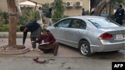 Cảnh sát mặc thường phục của Pakistan xem xét hiện trường nơi tỉnh trưởng tỉnh Punjab bị bắn chết, ngày 4/1/2011