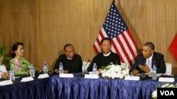 ປະທານນາທິບໍດີ ສະຫະລັດ ທ່ານ Barack Obama ກ່າວຕໍ່ ທ່ານນາງ Aung San Suu Kyi ຜູ້ນຳຝ່າຍຄ້ານມຽນມາ ລະຫວ່າງກອງປະຊຸມໂຕະມົນ ກັບສະມາຊິກສະພາແຫ່ງຊາດ ແລະກຸ່ມສັງຄົມພົນລະເຮືອນ ເພື່ອຫາລື ກ່ຽວກັບຂັ້ນຕອນ ການປະຕິຮູບ (13 ພະຈິກ 2014)