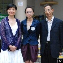 前公民黨黨魁余若薇(左一)與民主黨創黨主席李柱銘(右一),替公民黨候選人陳淑莊(中)助選
