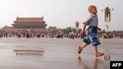 Trẻ em chơi đùa tại Quảng trường Thiên An Môn ở Bắc Kinh