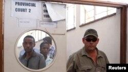 Le chasseur professionnel, Theo Bronkhorst, sort du tribunal à Hwange, Zimbabwe, 15 octobre 2015.