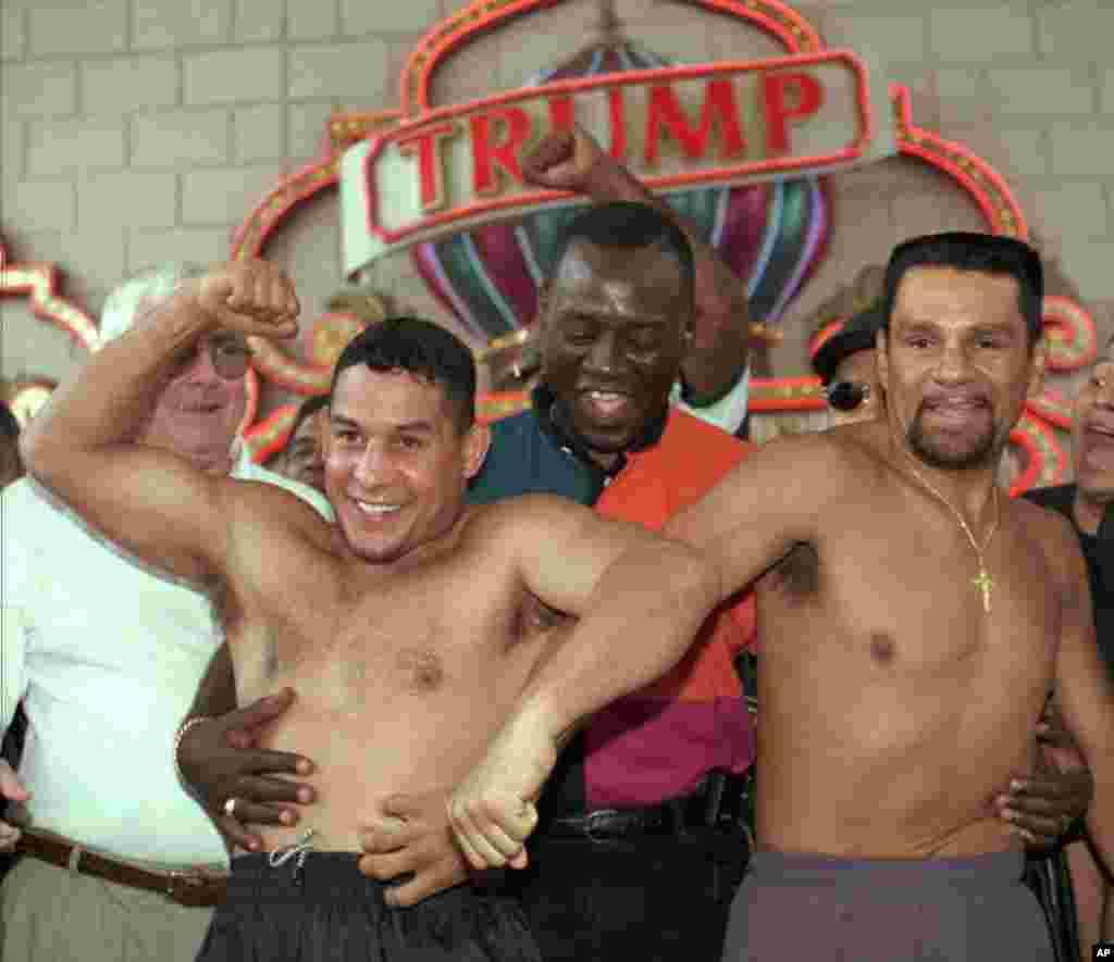 """En junio de 1996 Roberto Durán y """"Macho"""" Camacho participan de una ceremonia donde verifican sus pesos antes de una pelea en Atlantic City, Nueva Jersey."""