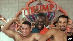 前世界拳王卡馬丘(左)1996年6月21日在大西洋城