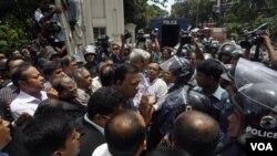 Pasukan keamanan Bangladesh menghalangi para aktivis oposisi dalam unjuk rasa dan pemogokan di ibukota Dhaka (6/7).