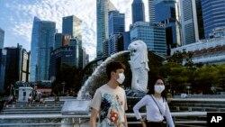 Singapore phạt bất kỳ ai bị phát hiện xếp hàng hoặc ngồi ở nơi công cộng mà cách người khác dưới 1 mét tới 6 tháng hoặc bị phạt tiền tới 10.000 đôla Singapore (khoảng 7.000 đôla Mỹ).