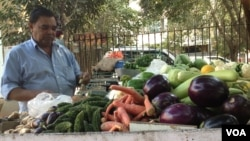 Vegetable vendor Shiv Shankar is angry that he cannot use now-outdated currency to buy goods from wholesale markets. (A. Pasricha/VOA)