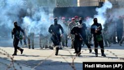شاهدان عینی می گویند که مردان مسلح نقاب زده با لباسهای سیاه به سمت معترضان تیراندازی می کردند.